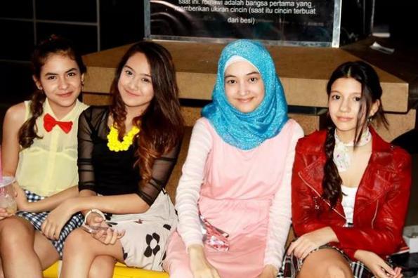 Winxs Girlband bersama Anna pemeran putri dalam serial Aisyah Putri The Series: Jilbab in Love yang tayang di RCTI produksi SinemArt 2014