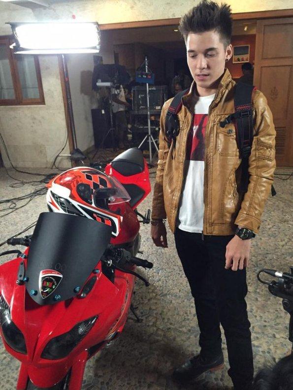 Di balik layar sinetron Anak Jalanan: Boy (Stefan William) dan motor merah kerennya.